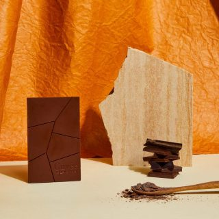 Chocolate Art 🍫 🧑🎨 ✨  Beautiful AND Delicious Chocolate... featured bar is Soleo 42% Milk Chocolate by @cuvee_chocolate  Hints of brioche, cinnamon and lightly toasted oak  📸: by the amazing @monicapronkphotography