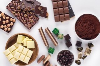 🍫 16 Unexpected Tips to Taste Chocolate Like a Pro! 🙌 🙌🙌  With the explosion of the craft chocolate mania, there is no shortage online of articles explaining how to taste chocolate involving all the 5 senses:   👂 listen to the snap 👃 smell the aromas 👁️ look at the color and stylish details 🤚 touch the texture 😋 and finally the biggest pleasure with taste!  But there are many other suggestions that only professionals know about and are rarely disclosed in the mainstream media...  Read Sharon's @thechocolatejournalist 16 tips that will have you tasting chocolate like a pro in no time!! [LINK IN BIO] 👆👆👆